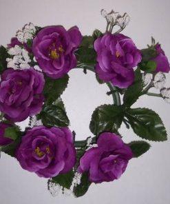 Ornament cu trandafiri mov artificiali. pentru lumanare