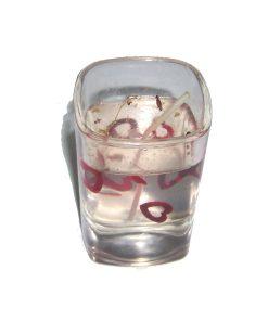 Lumanare in pahar de sticla cu gel transparent si inimioare visinii